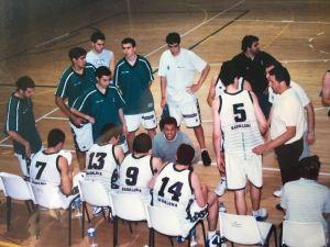 Borja Benito de pie con camiseta blanca, el 5 Rudy Fernandez